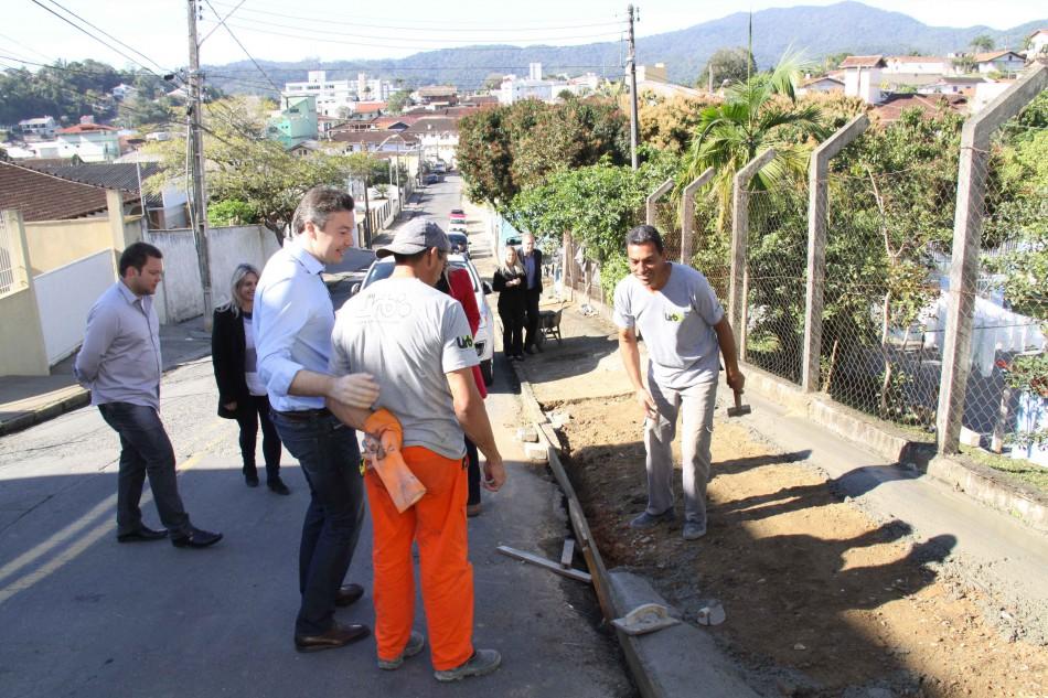 Programa Cidade Jardim executa calçadas no CEI Erica Braun