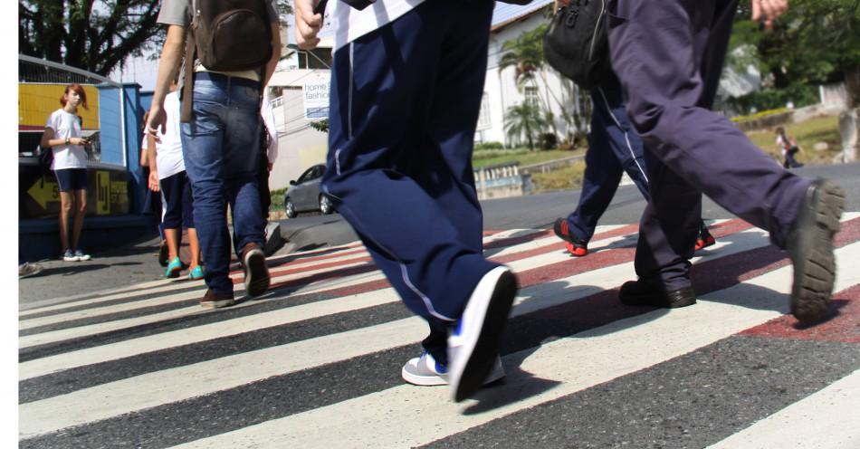 Prefeitura dá continuidade ao trabalho de repintura de faixas de pedestres