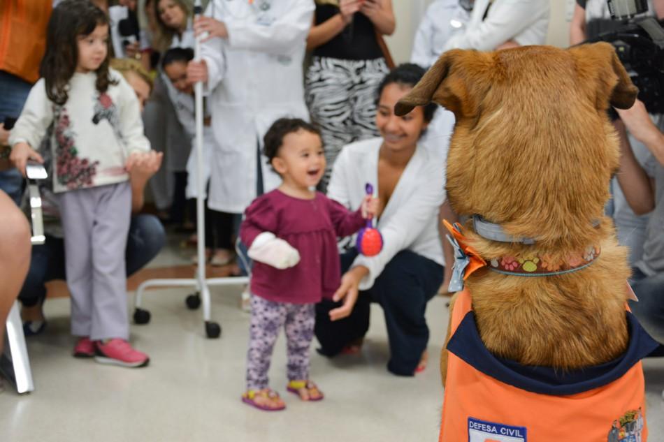 Mascote Mayla encanta pacientes da ala infantil do Hospital Santo Antônio