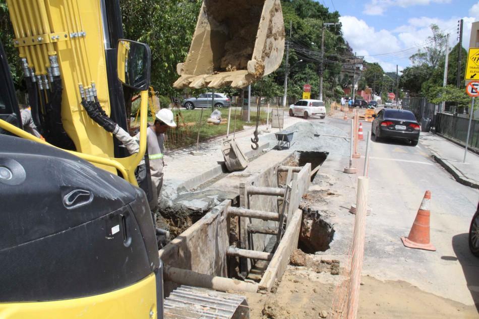 Obras de implantação da nova rede de água na Rua Hermann Hering estão em fase final
