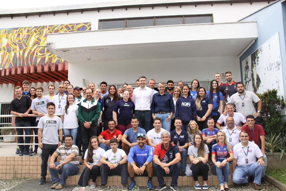 Prefeito se encontra com atletas que representaram Blumenau nos Jasc