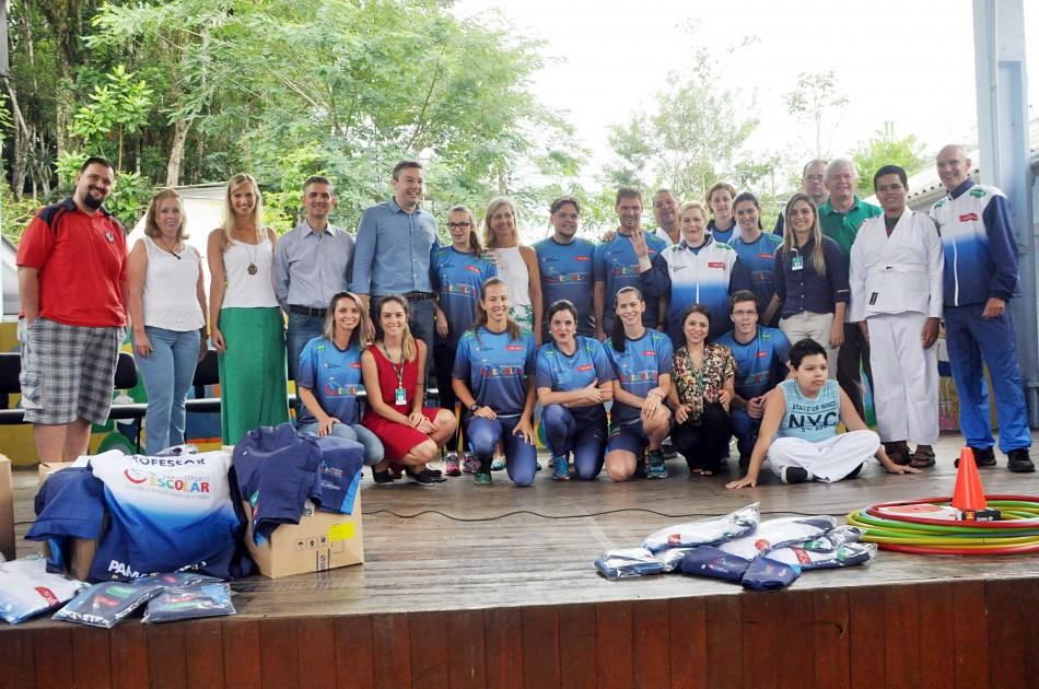 Professores do Paradesporto Escolar recebem uniformes e material para aulas