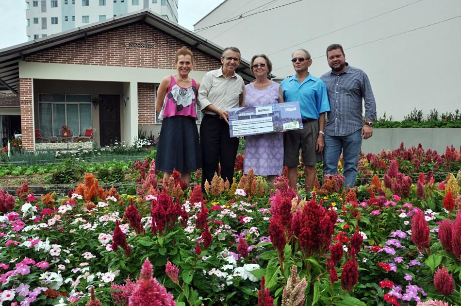 Prefeitura entrega prêmio a vencedor do Concurso Municipal de Jardins