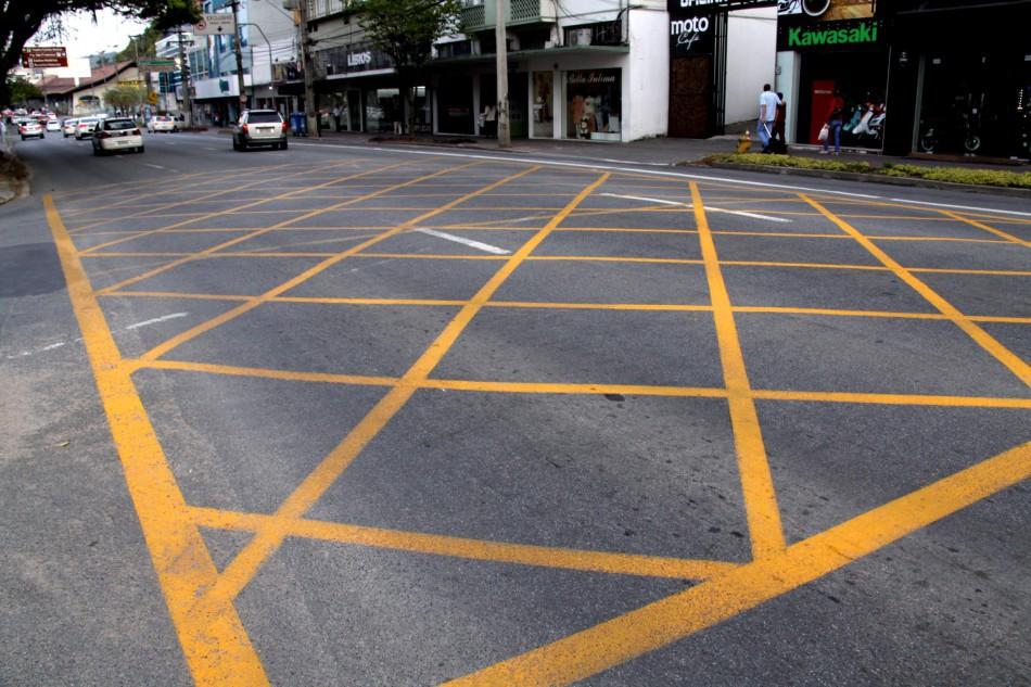 Prefeitura incrementa sinaliza��o das ruas com yellow boxes