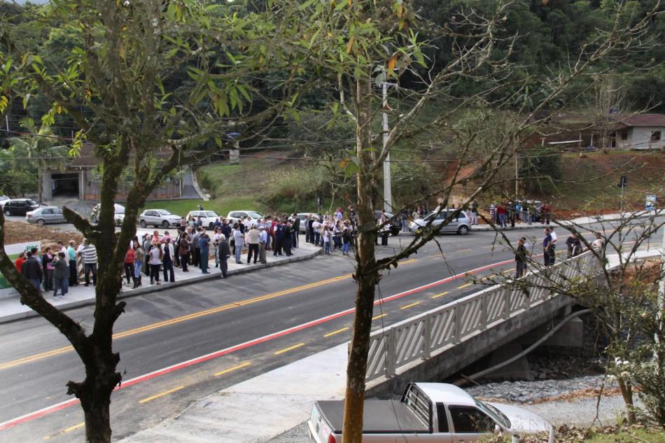 Pavimenta��o e nova ponte s�o entregues � comunidade da Itoupavazinha