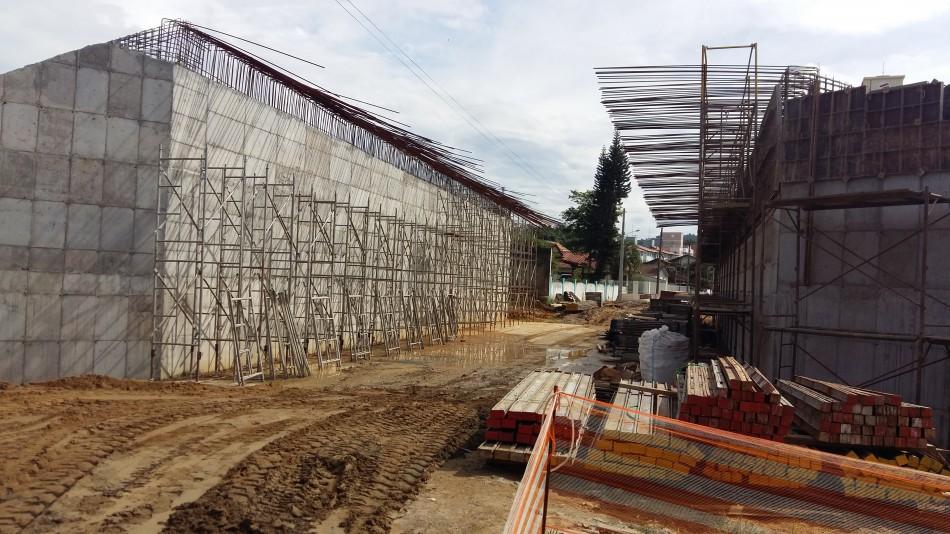 Constru��es avan�am no prolongamento da Rua Humberto de Campos