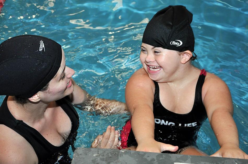 Resultado de imagem para natação criança com deficiencia
