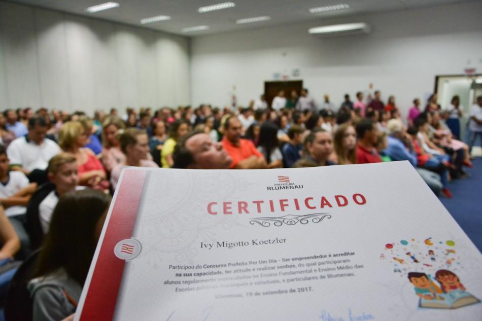 Estudantes recebem certificados do concurso Prefeito por um Dia