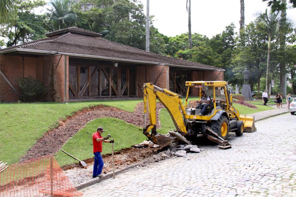 Iniciam as obras de revitalização da Praça Bertha Repsold Blumenau