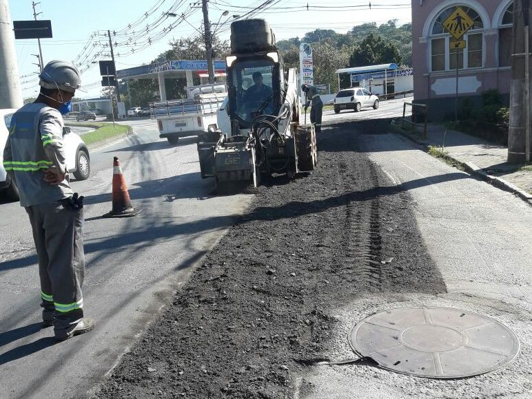 Prefeitura executa melhorias no asfalto da Rua Bahia