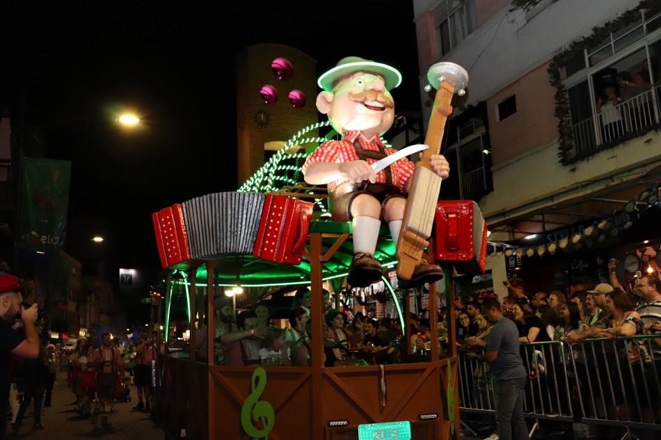 Penúltimo desfile da 36ª Oktoberfest acontece nesta quarta-feira, dia 23