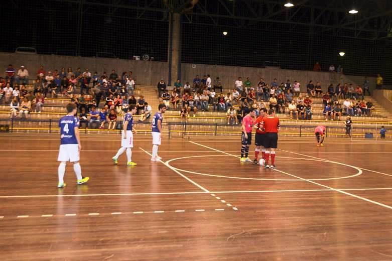 A equipe de futsal adulto de Blumenau (ADHering   FMD) venceu o time da  cidade de Jaraguá do Sul na noite desta quarta-feira 938d85173270d