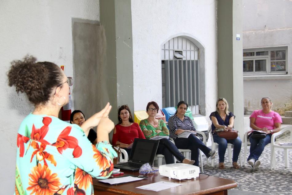 Educação entrega certificados de curso de Libras