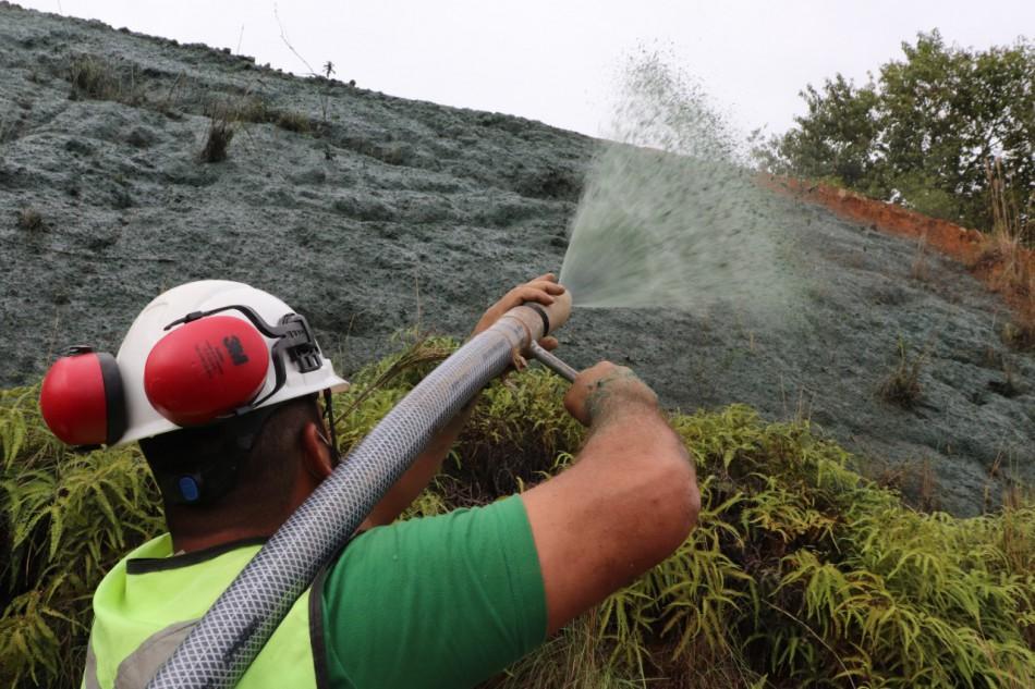Plantio de hidrossemeadura reforça importância de medidas mitigadoras na proteção de taludes