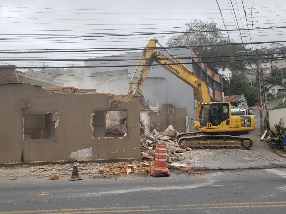 Obra da República Argentina ganha frente de trabalho com demolições de casas desapropriadas