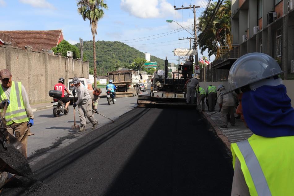 Prefeitura realiza recuperação asfáltica em corredores de serviço da cidade