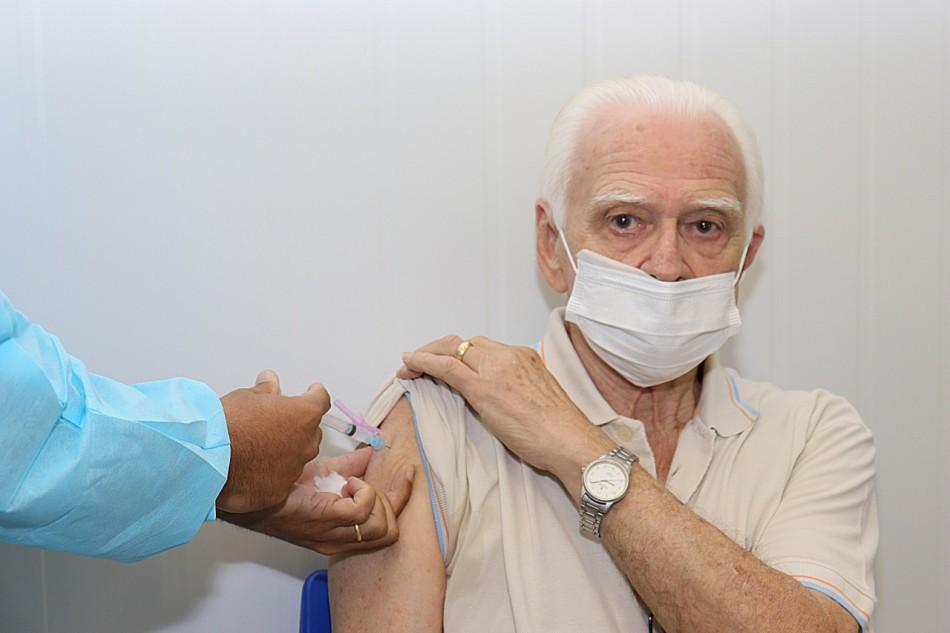 Primeiro apresentador de telejornal de Santa Catarina é vacinado em Blumenau