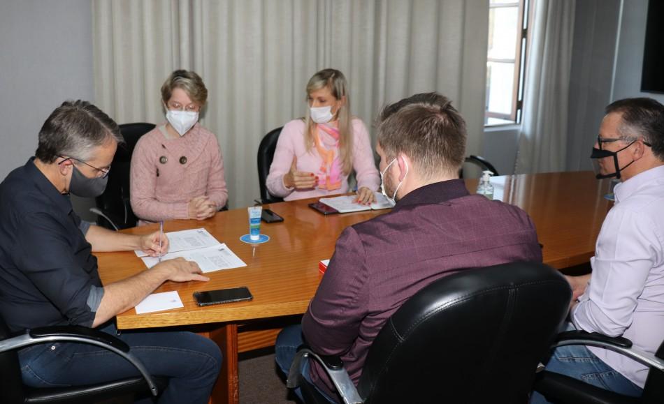 Decretos em Blumenau tornam obrigatório o comprovante de vacina contra a Influenza e Coronavírus para crianças e idosos que freqüentam programas e unidades do município