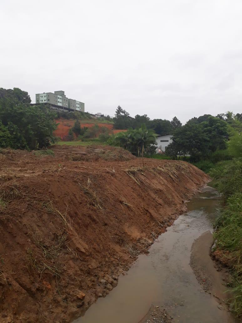 Serviço de desassoreamento de ribeirão atende comunidade da Fortaleza Alta